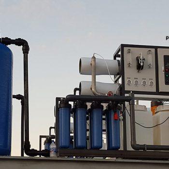 اسمز معکوس، تکنولوژی مدرنی است که آب را برای مصارف متعددی از جمله نیمه رساناها، خوراک پزی، تکنولوژی زیستی، داروها، تولید برق، نمک زدایی آب دریا و آب خوردنی شهری، تصفیه مینماید.